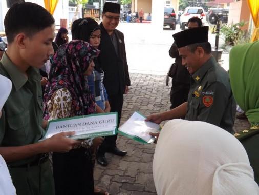Ketua Baznas Lampung Mahfud Santoso menyerahkan bantuan kepada pengusaha kecil di Kantor Baznas Ja;lan Cut Mutia No.23 Bandar Lampung, Senin (23/11) | ist
