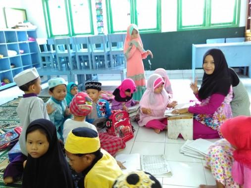 Cici, seorang guru Taman Pendidikan Quran di Bandar Lampung, berhonor Rp180 ribu/bulan. | Dwi Septiana/jejamo.com