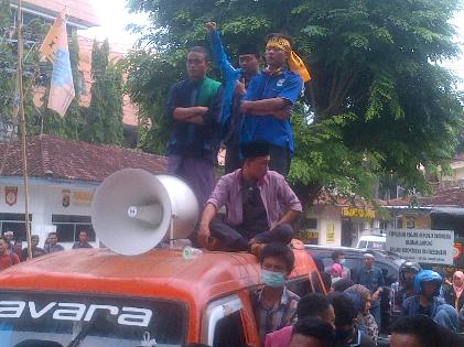 Ratusan masa PMII demo di depan Kantor Disdikbud Lampung, Selasa, 24/11/2015 | Sugiono/jejamo.com