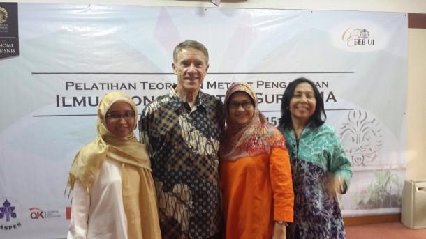 Fasilitator Sahabat Edukasi masyarakat Fitria Laurent (kiri) saat bertemu Profesor Jhon Brock asal Universitas Colorado di Universitas Indonesia akhir bulan lalu. | Ist