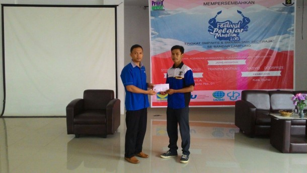 Perwakilan Forkapmi (kanan) menyerahkan dana untuk korban kabut asap kepada perwakilan PKPU Lampung beberapa waktu yang lalu. | Ist
