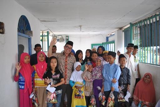 Anggota DPRD Bandar Lampung dari Fraksi PKS Grafieldy Mamesah, dalam kunjungan di salah satu panti asuhan di Lampung. | Ist.