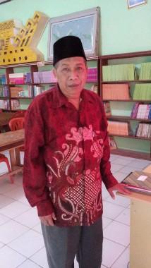 Hasanuddin, guru madrasah di Lampung Selatan, yang rela jadikan rumah sebagai lokal belajar. | Heru/Jejamo.com