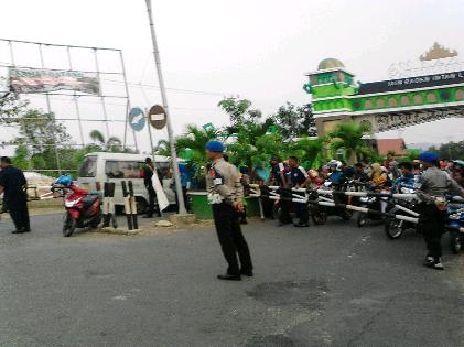 Pintu masuk IAIN Raden Intan dijaga aparat | Sugiono/jejamo.com