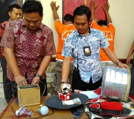 Kasatreskrim Polres Lampung Tengah AKP Harto Agung Cahyono memeriksa barang bukti judi koprok di Mapolresta setempat, Sabtu, 7/11/2015. | Raeza Handani/Jejamo.com