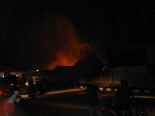 Kebakaran menghanguskan gudang mebel di Jalan Endro Suratmin, Kecamatan Sukarame, Bandar Lampung, Selasa, 3/11/2015 | jejamo.com