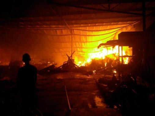 Breaking News: Kebakaran Gudang Mebel Sukarame Bandar Lampung, SPBU Siaga Satu