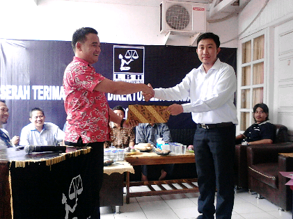Wahrul Serahkan Jabatan Direktur LBH Bandar Lampung ke Alian Setiadi