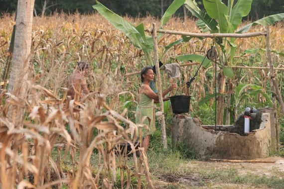 Warto dan Khotijah, asal Dusun Sembilan,  harus berjuang keras mendapatkan air bersih untuk kebutuhan sehari-hari | Winar/jejamo.com