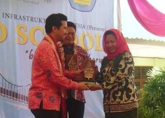 Kepala SMPN7 Segalamider Nurmaini (kanan) | ist
