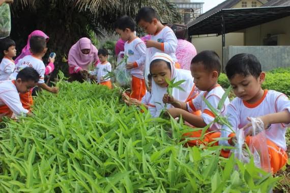Siswa PG&TK Islam Az Zahra Bandar Lampung, Kamis, 12/11/2015, berkunjung ke Kampus Politeknik Negeri Lampung (Polinela) | ist