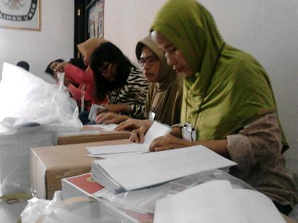 Warga Bandar Lampung Ini Senang Terlibat Pilkada Meski Hanya Lipat Surat Suara