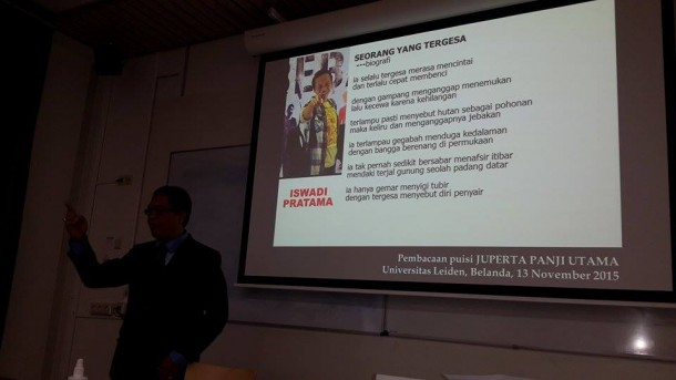 Penyair Lampung Juperta Panji Utama berbicara di Universitas Leiden, Jumat, 13/11/2015. | Isbedy Stiawan ZS