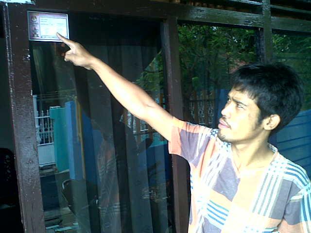 Sarudin, warga Kedamaian Bandar Lampung menunjuk stiker Pilwakot. | Andi/Jejamo.com