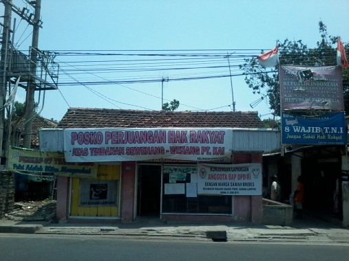 Posko di depan Kantor PT KAI Tanjungkarang di Jalan Teuku Umar ini adalah wujud perjuangan warga atas tanah milik. | Indah Febriyanti/Jejamo.com