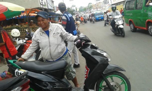 Rosmiyati Tukang Parkir Perempuan di Lampung, Hidup Buat Anak Kembarnya