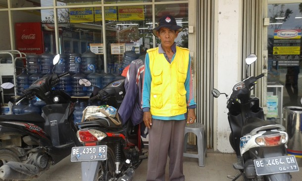 Salman, tukang parkir di Indomaret Sukarame, Bandar Lampung. | Konsalena/Jejamo.com