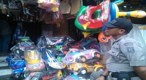 Satpol PP Razia Barang Tak Berlogo SNI di Pasar Tengah Bandar Lampung