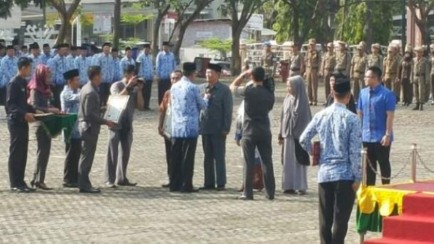 Mantan Sekda Lampung Selatan Mursyid Arsyad menerima penghargaan Tokoh Pemerintahan dan Pembangunan dari Pemerintah Kabupaten Lampung Selatan, Senin, 30/11/2015. | Ist