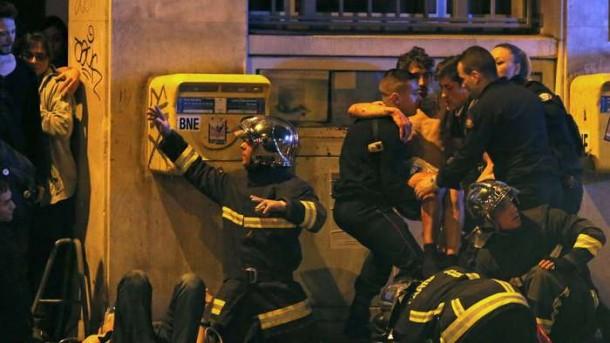 Sejumlah petugas dan polisi menolong korban serangan teror pada Jumat malam waktu setempat, 13/11/2015, yang diduga menewaskan seratusan orang. | Getty Images