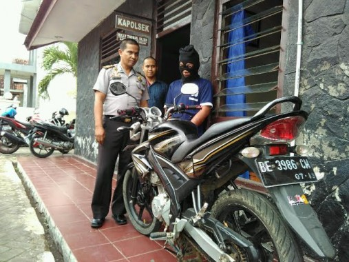 Ariansyah (25), warga Jalan Pagar Alam, Kelurahan Kedaton, Kecamatan Kedaton, Bandar Lampung, dihakimi masa saat melakukan pencurian sepeda motor di Jalan Perintis Kemerdekaan, Senin malam pukul 22.00 WIB | Andi/jejamo.com