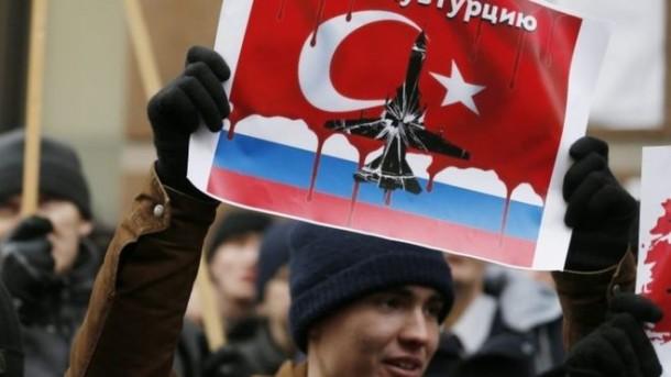 Warga Rusia melakukan unjukrasa di depan kantor kedutaan Turki | EPA