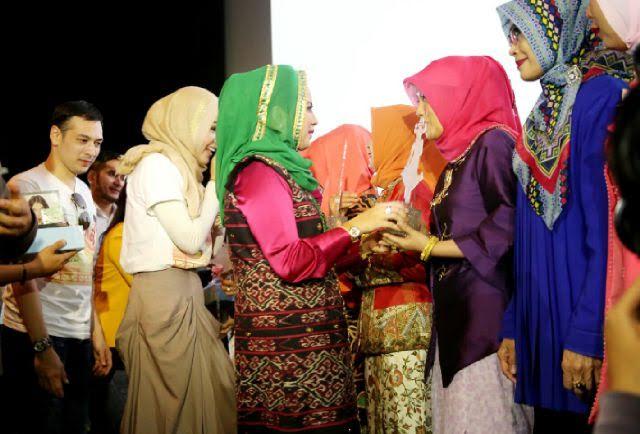 Ketua Tim Penggerak PKK Provinsi Lampung, Aprilani Yustin Ficardo memberikan penghargaan kepada delapan wanita motivator Provinsi Lampung | ist