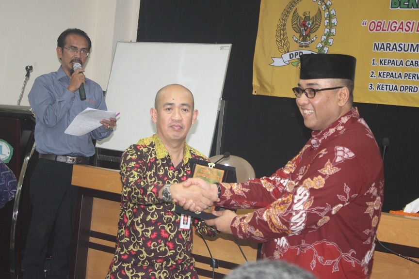 Anggota DPD RI Andi Surya dalam cara seminar daerah DPD RI di ruang Rapat Rektorat Perguruan Tinggi Mitra Lampung, Selasa 3/11/2015. | Ist.