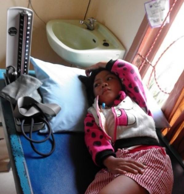 Aniza Dhea Erneta dibawa ke klinik pengobatan usai mengikuti acara Gebyar PAUD yang diselenggarakan Pemkot Metro. Lantaran molor 2,5 jam dari agenda, banyak peserta yang kelelahan dan pingsan. | Winar/Jejamo.com