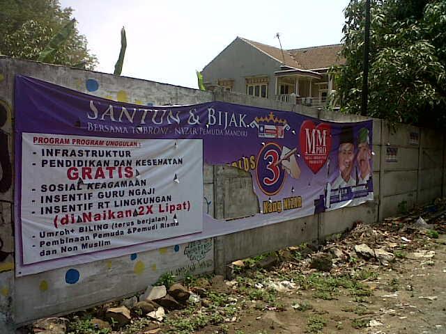 Salah satu Alat Peraga Kampanye (APK) di Lampung Tengah rusak dan dibiarkan begitu saja. | Raeza/Jejamo.com