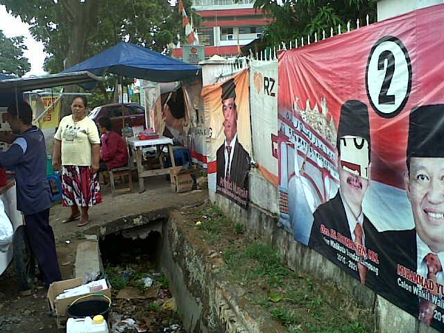 Salah satu APK di Jl. WR Supratman Teluk Betung Selatan, belum ada tindakan dari KPU. | Andi/Jejamo.com