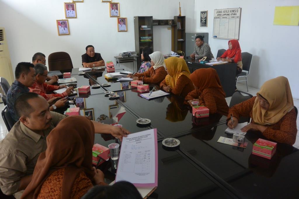 Audiensi Kesatuan Perempuan Lampung Utara (Kepal Utara) dengan Komisi 4 DPRD Lampung Utara di ruang rapat Komisi 4, Kamis 12/11/2015. | Ist.