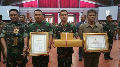 Pangdam II/Sriwijaya Mayjen TNI Purwadi Mukson S.I.P menerima hadiah dari Kepala Staf Angkatan Darat Letjen TNI Mulyono. | Ist.