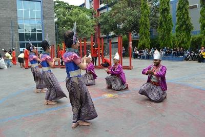 Penampilan mahasiswa asing menarikan tari Bedana di kampus IBI Darmajaya. | Ist.
