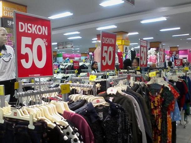 Khusus setiap Sabtu dan Minggu, Ramayana Robinson Bandar Lampung memberikan diskon  hingga 50 persen. | Sigit/Jejamo.com