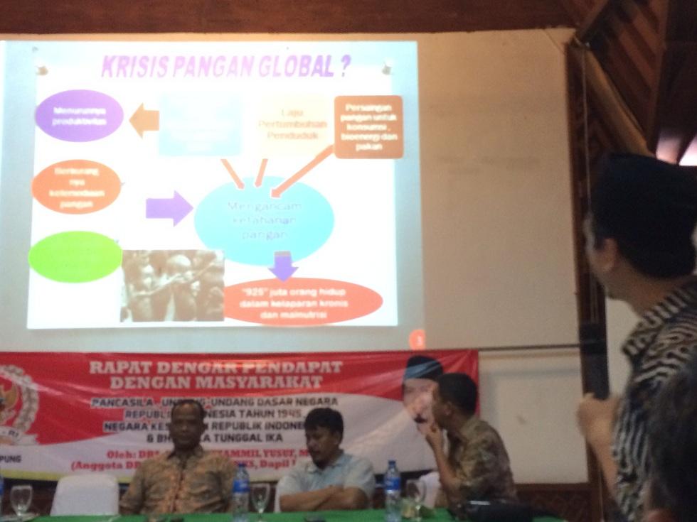 Anggota DPR/MPR RI Almuzzammil Yusuf dalam acara rapat dengar pendapat masyarakat di Aula Lembah Hijau, Bandar Lampung, Minggu 8/11/2015. | Ist.