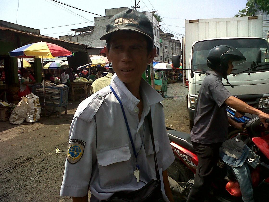Imron, tukang parkir di pasar Gintung Bandar Lampung. | Widya/Jejamo.com