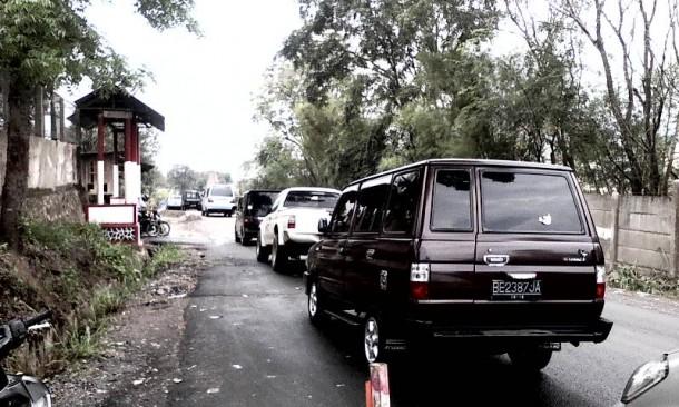 Mulus Perbaikan Jalan Bandar Lampung, Tak Semulus Nasib Penjaga Pintu Jalan