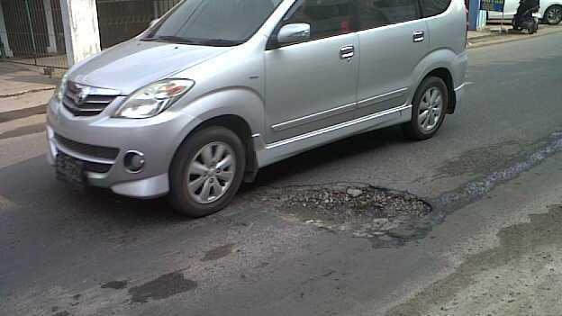 Kendaraan Roda Empat menghidari jalan rusak di Jalan Kimaja, Way Halim Bandar Lampung. | Andi/Jejamo.com