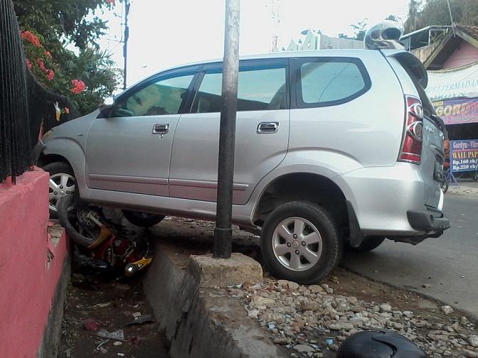 Sepeda motor ringsek setelah ditabrak mobil Avanza di Jl. Hayam Wuruk Bandar Lampung, Jumat 27/11/2015. | Sigit/Jejamo.com