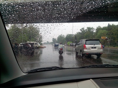 Hujan cukup deras mengguyur Bandar Lampung, Minggu 1/11/2015. | Adian/Jejamo.com