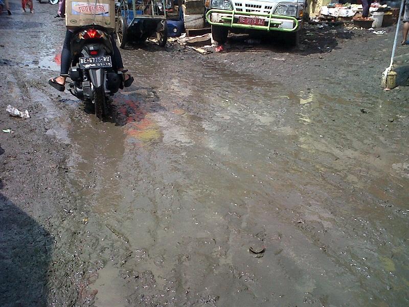 Becek, berlumpur dan bau tak sedap. Begitulah gambaran kondisi Pasar Gintung Bandar Lampung saat hujan tiba. Foto dibidik Rabu 25/11/2015. | Widya/Jejamo.com