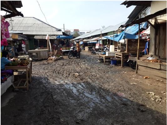 Inilah kondisi pasar Terminal Pringsewu saat hujan, bau dan becek. | Nur Kholik/Jejamo.com
