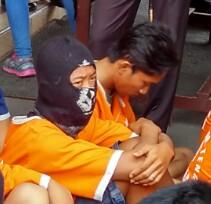 LJ (menggunakan penutup kepala) ditangkap kepolisian Lampung Tengah karena memeras penumpang di angkutan umum. | Raeza/Jejamo.com