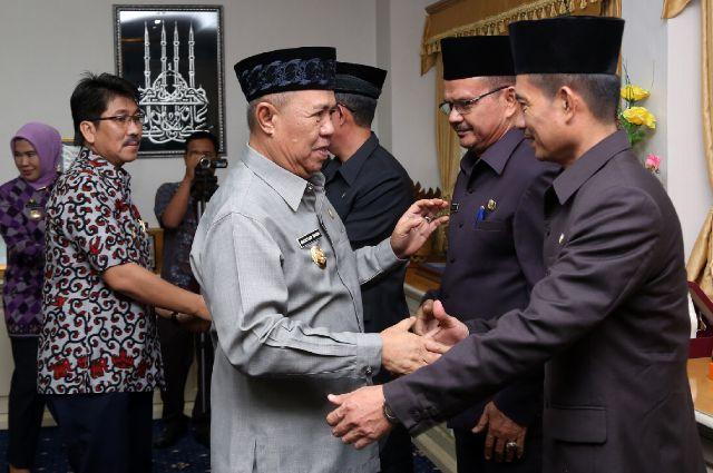 Wakil Gubernur Bachtiar Basri menyalami para pejabat eselon Lampung yang baru dilantik dan diambil sumpah, Jumat 6/11/2015. | Widya/Jejamo.com