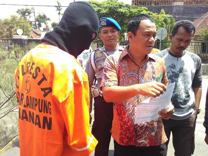 Kasat Reskrim Polresta Bandar Lampung Komisaris Dedy Agung Wijaya bersama anggota Polisi sedang mengintrogasi tersangka di halaman Polresta, Jumat 28/11/2015. | Andi/Jejamo.com