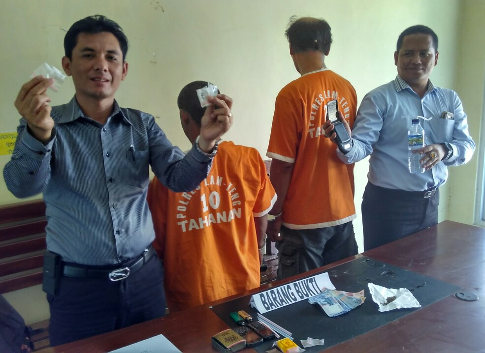 AKP Talen Hapis (paling kiri) saat menunjukan barang bukti enam paket sabu yang siap diedarkan. | Raeza/Jejamo.com