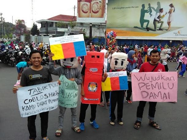 BEM Unila serukan Pilkada damai dan cerdas di Tugu Adipura, Minggu 29/11/2015. | Andi/Jejamo.com