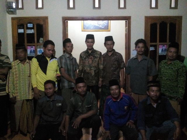 Warga wilayah barat Kabupaten Lampung Tengah bersama anggota dewan setempat, usai melaksanakan jaring aspirasi masyarakat, Senin, 2/11/2015. | Raeza/Jejamo.com