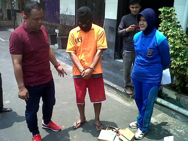UK (58), tersangka kasus pencurian dengan alat berat (curat) hanya bisa tertunduk saat digelandang di Polresta Bandar Lampung. | Andi/Jejamo.com